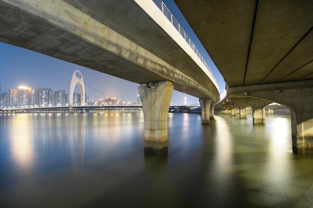 Zhujiang-rivier en de moderne bouw van financieel district in guangzhou china.
