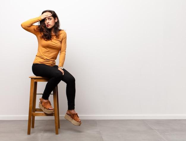 Zich angstig, ziek, ziek en ongelukkig voelen, pijnlijke buikpijn of griep hebben