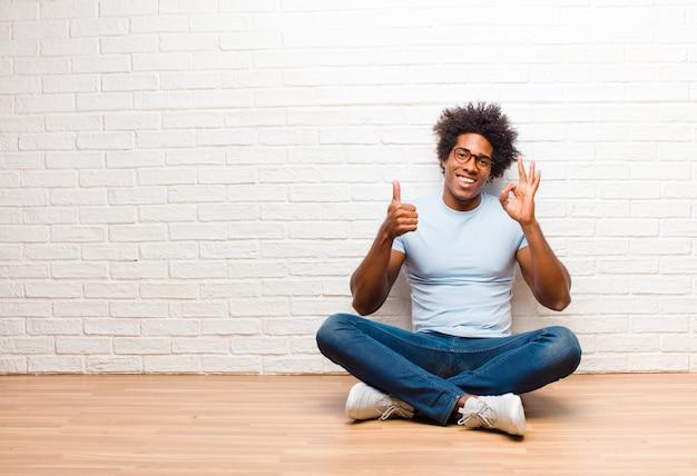 Zich gelukkig, verbaasd, tevreden en verrast voelen, oké laten zien en gebaren met duimen omhoog, glimlachend