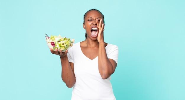 Zich gelukkig voelen, een grote schreeuw geven met de handen naast de mond en een salade vasthouden?