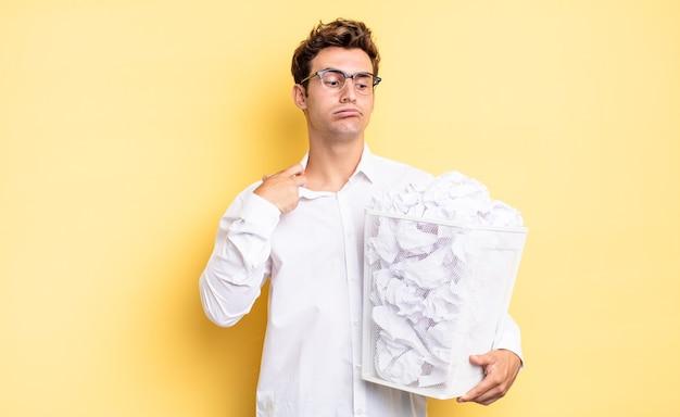 Zich gestrest, angstig, moe en gefrustreerd voelen, aan de nek trekken, gefrustreerd kijken met een probleem. prullenbak papier concept