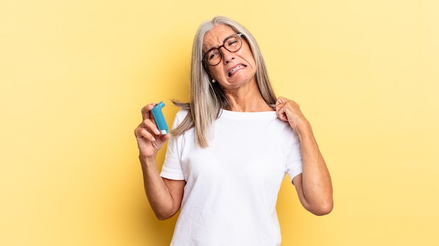 Zich gestrest, angstig, moe en gefrustreerd voelen, aan het overhemd trekken, gefrustreerd kijken met een probleem. astma concept