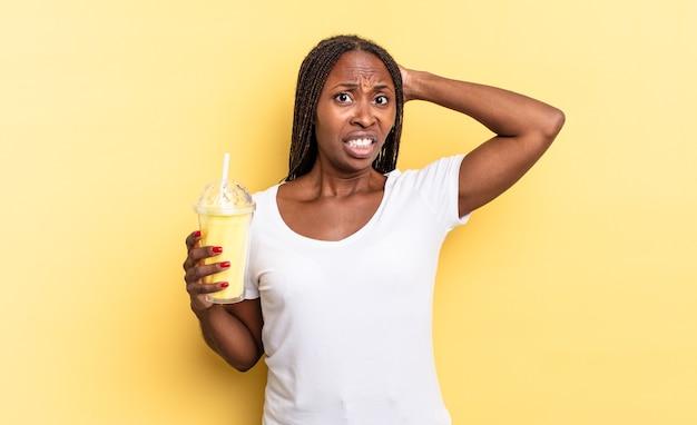 Zich gestrest, bezorgd, angstig of bang voelen, met de handen op het hoofd, in paniek raken bij een vergissing. milkshake concept