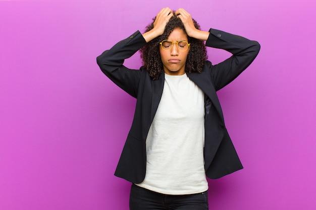 Zich gestrest en angstig voelen, depressief en gefrustreerd door hoofdpijn, waarbij beide handen tegen het hoofd worden geheven