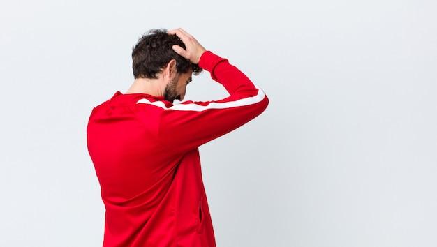 Zich gestrest en gefrustreerd voelen, de handen in de lucht steken, zich moe, ongelukkig en met migraine voelen