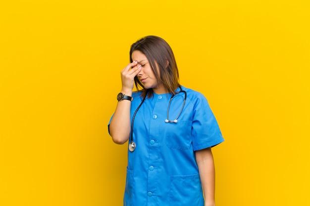 Zich gestrest, ongelukkig en gefrustreerd voelen, het voorhoofd aanraken en last hebben van ernstige migraine