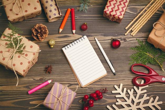 Zich klaarmaken voor kerstmis, cadeaus inpakken en decoraties maken