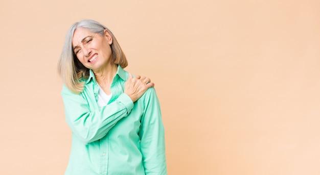 Zich moe, gestrest, angstig, gefrustreerd en depressief voelen, lijdend aan rug- of nekpijn