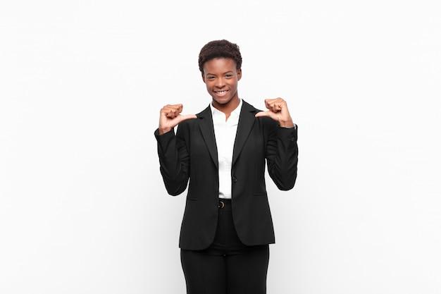 Zich trots, arrogant en zelfverzekerd voelen, er tevreden en succesvol uitzien, wijzend op zichzelf