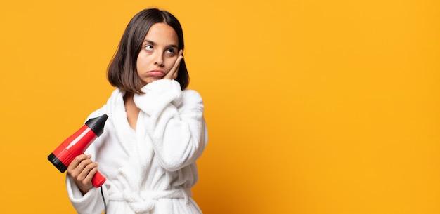 Zich verveeld, gefrustreerd en slaperig voelen na een vermoeiende, saaie en vervelende taak, gezicht met de hand vasthouden