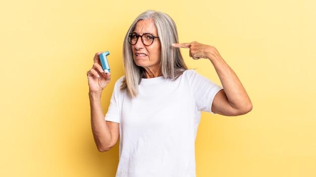 Zich verward en verward voelen en laten zien dat je gek, gek of gek bent. astma concept