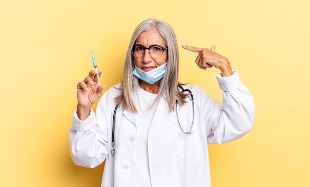 Zich verward en verward voelen en laten zien dat je gek, gek of gek bent. dokter en vaccin concept