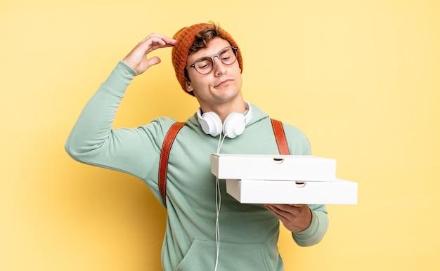 Zich verward en verward voelen, hoofd krabben en opzij kijken. pizza concept