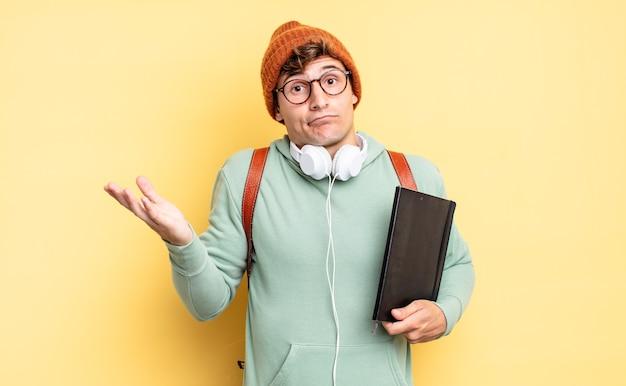 Zich verward en verward voelen, twijfelen, wegen of verschillende opties kiezen met een grappige uitdrukking. studentenconcept