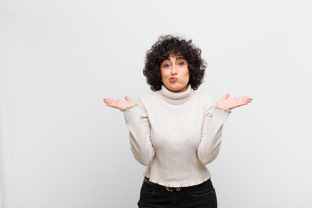 Zich verward en verward voelen, twijfelen, wegen of verschillende opties kiezen met een grappige uitdrukking