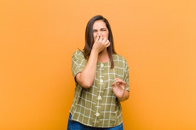 Zich walgend voelen, de neus vasthouden om te voorkomen dat je een vieze en onaangename stank ruikt