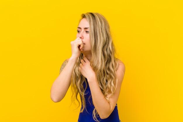 Zich ziek voelen met keelpijn en griepsymptomen, hoesten met een kegelvormige mond