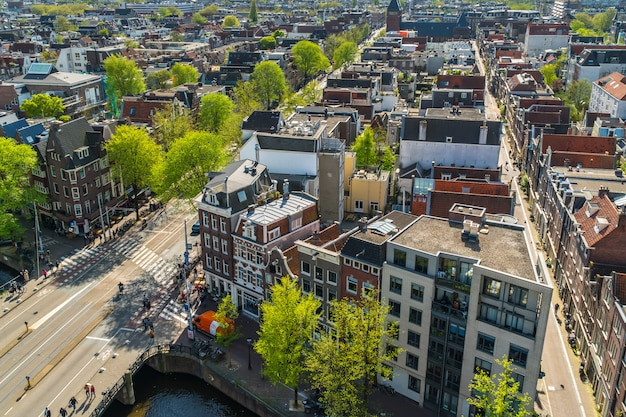 Zicht op amsterdam met straten en huizen