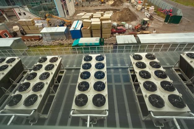 Zicht op bouwconstructie met lange rijen ventilatiesysteem