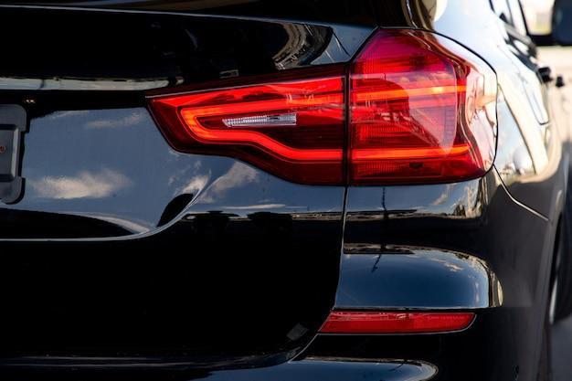 Zicht op de achterkoplamp van een auto met een donkere kleur