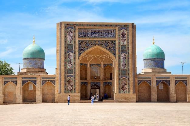 Zicht op de barak khan madrasah van het khast imam-complex in de zomer. tasjkent. oezbekistan.