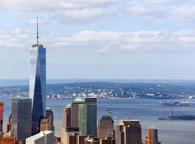 Zicht op de freedom tower met het vrijheidsbeeld
