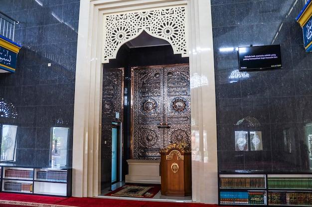 Zicht op de preekstoel waar de imam de gebeden leidt in de moskee