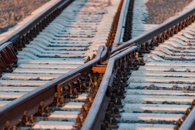 Zicht op de rails, betonnen bielsen en terp van gemalen steen