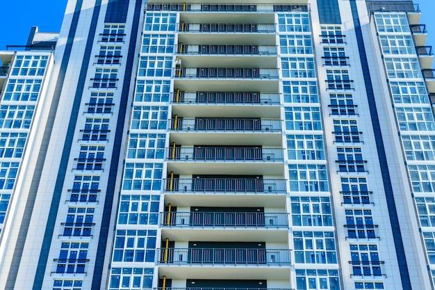 Zicht op een nieuw woongebouw met meerdere verdiepingen