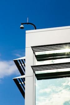 Zicht op gebouw met reflecterende ramen