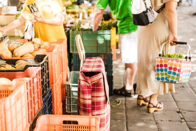 Zicht op groenten- en fruitmarkt in de stad