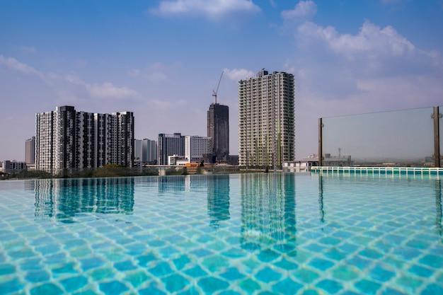 Zicht op het gebouw met weerspiegeling van het water van het zwembad