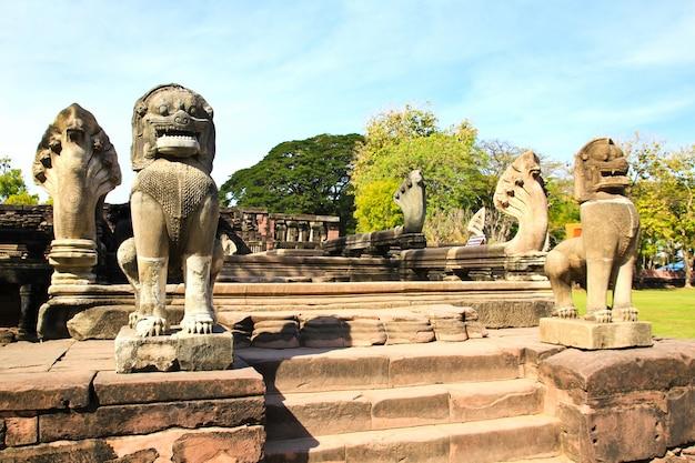 Zicht op het historische kasteel van prasat hin phimai in de provincie nakhon ratchasima