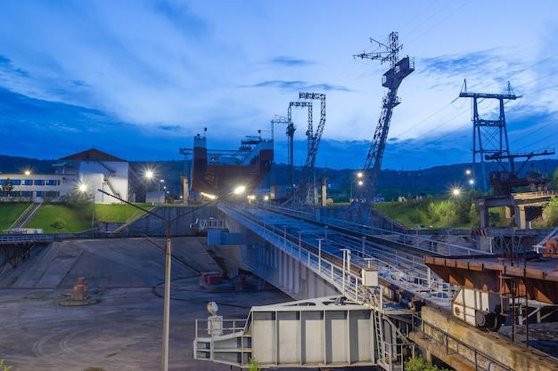 Zicht op het platform van de scheepslift. industriële nachtachtergrond.
