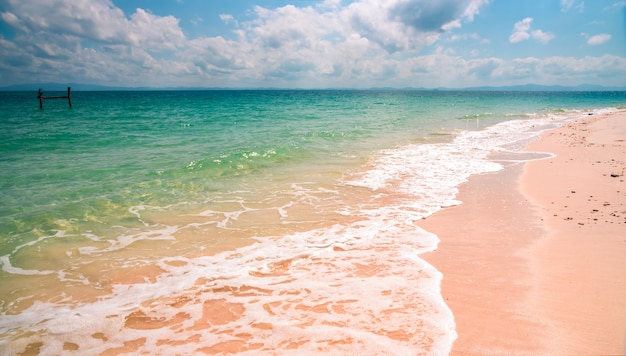 Zicht op het strand in sali island, myanmar