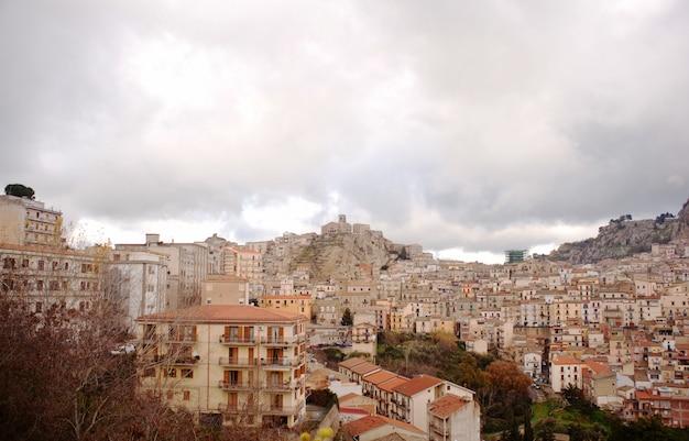Zicht op nicosia, sicilië