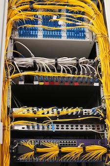 Zicht op open kast met draden in serverruimte