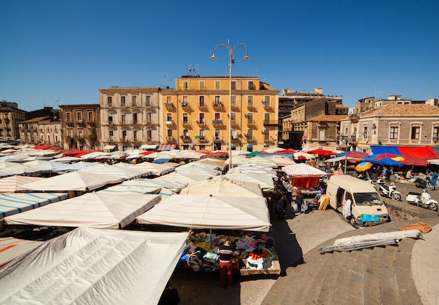 Zicht op open markt genaamd fera ò luni, catania