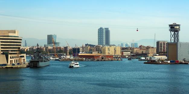 Zicht op port vell uit zee. barcelona