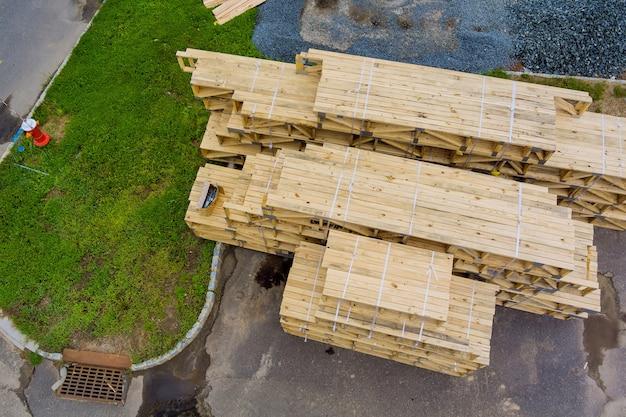 Zicht op stapelhouten materiaalplanken en balken voor nieuw huis of in aanbouw