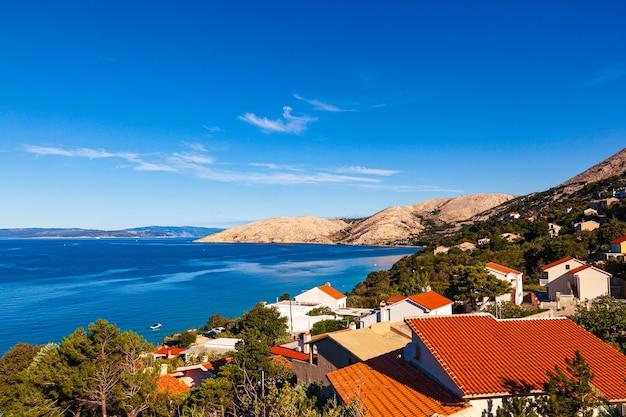 Zicht op stara baska huizen op het eiland krk in kroatië in het zomerseizoen