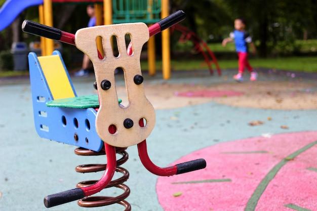 Zie zaagstuk speelgoed in openbare speelplaats in park op de achtergrond van de onduidelijk beeldspeelplaats