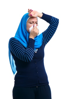 Ziek arabisch moslimwijfje dat griep heeft die op witte achtergrond wordt geïsoleerd