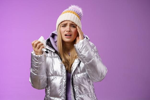 Ziek boos snikken schattig blond meisje zich onwel voelen servet weefsel aanraken hoofd tempel fronsend