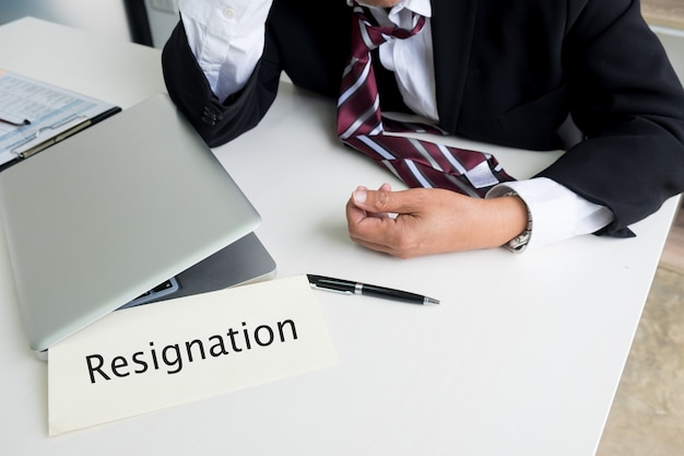 Ziek en moe voelen. gefrustreerde middelbare leeftijd zakenman zit op kantoor bureau.