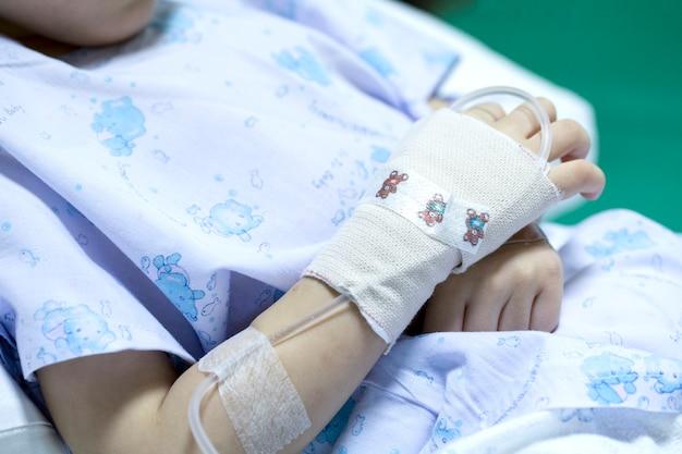 Ziek kind bij het ontvangen van een zoute oplossing in het ziekenhuis