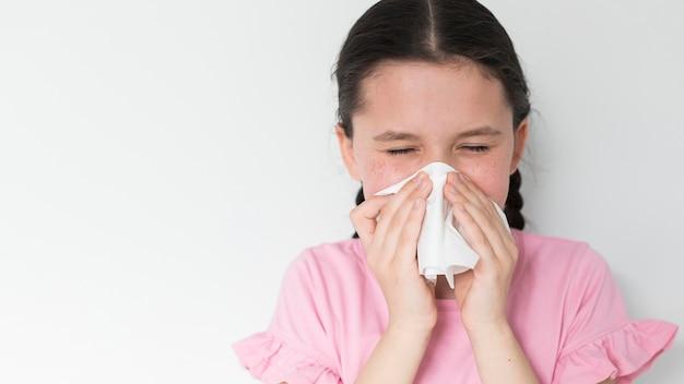 Ziek meisje blaast haar neus