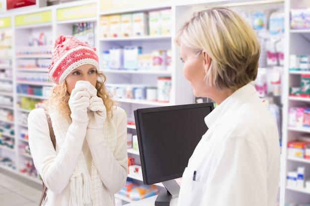Ziek meisje met kleurrijke hoed geneeskunde doos