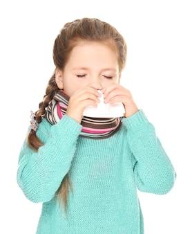 Ziek meisje met weefsel op witte achtergrond