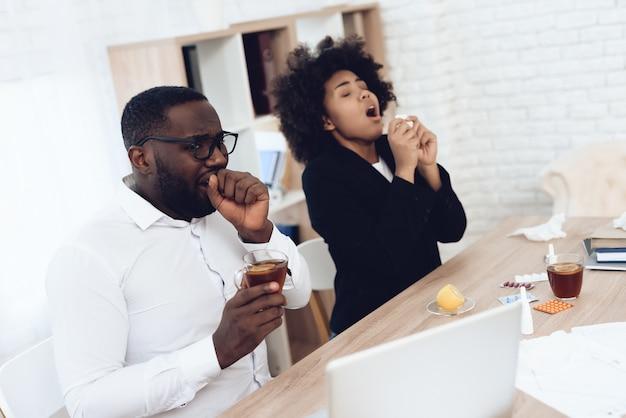 Zieke afro-amerikaanse collega's met griep.